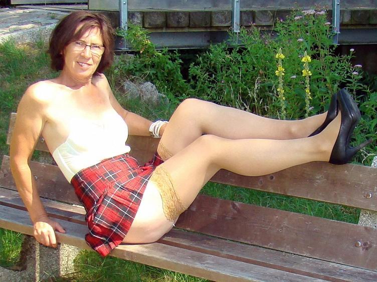 Hallo,  ich bin Eve mittlerweile über 40, aber Man(n) sagt, deutlich jünger wirkend... sexy Body, lange Beine, knackiger Arsch, stehe auf Nylons, Lack, Leder und High-Heels. Da ich Single bin, bin ich *fast täglich* online.  Lust mich kennen zu lernen? Bis gleich...  Eve