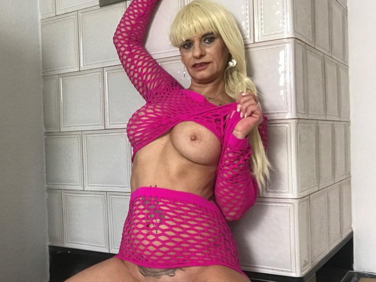 Willkommen auf meinem Profil Fremder 😉 Ich nehme an das dir deine Flöte juckt und du eine sexy Frau suchst bei der du diskret und unkompliziert per Webcam oder in mein Videos ablaichen kannst. Tja, was soll ich sagen... da bist du bei mir genau richtig. Ich bin eine dominante, hübsche Milf die Erotik wirklich liebt. Mit meinem Dirty Talk mache ich Männer verrückt und lasse sie gerne etwas zappeln damit die Explosion ein Maximum erreicht. Und jetzt klick mich ....ich freue mich auf dich und auf alles was kommen mag. Bussi DianaMelano