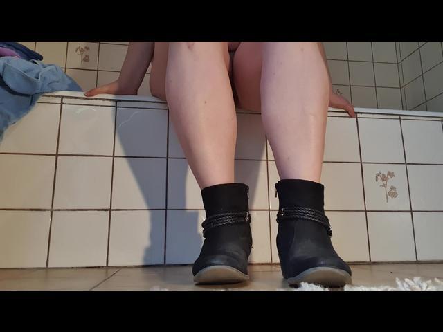 nackte Stinkefüße aus Stiefeletten