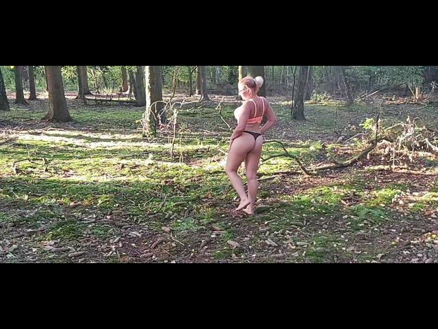 Ich bin nackt und suche im Wald nach Pilzen